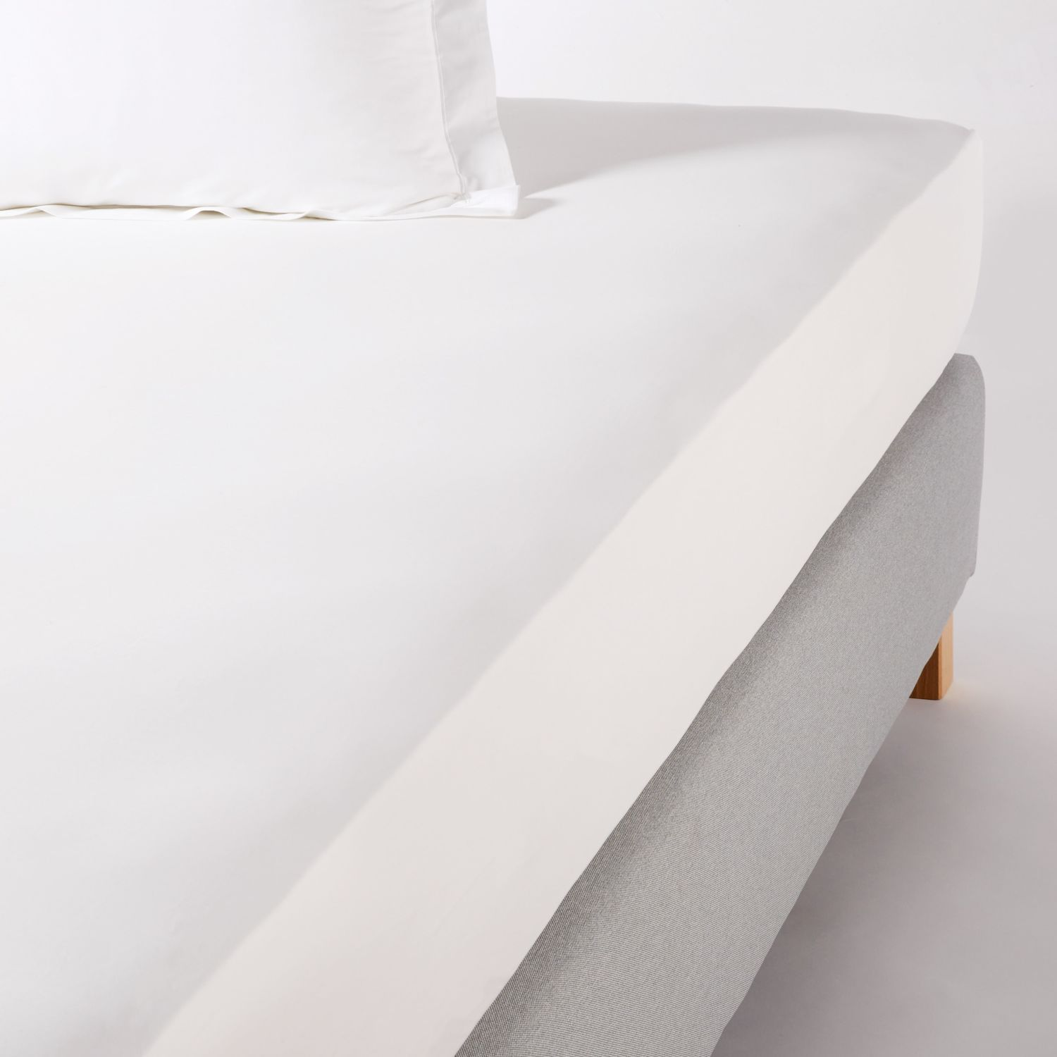 drap housse en percale de coton blanc 180x200 bonnet 25 maisons du monde. Black Bedroom Furniture Sets. Home Design Ideas