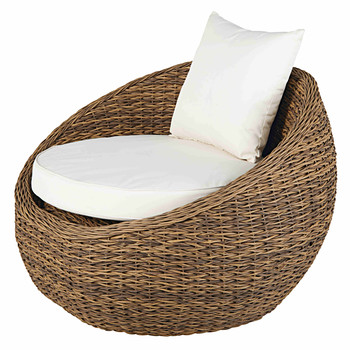 Garden armchair in resin wicker with sand-coloured cushions